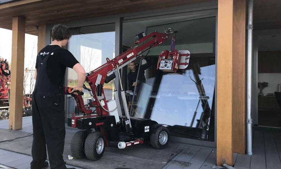 HIJSEN IN HET NAUW B.V. Glaszetten is voor Hijsen in het Nauw B.V. dagelijkse kost! Middels onze Smartlift kunnen wij overal glas transporteren en zetten.